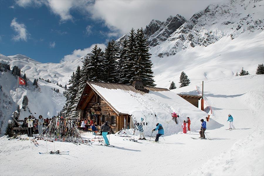 Family skiing avoriaz